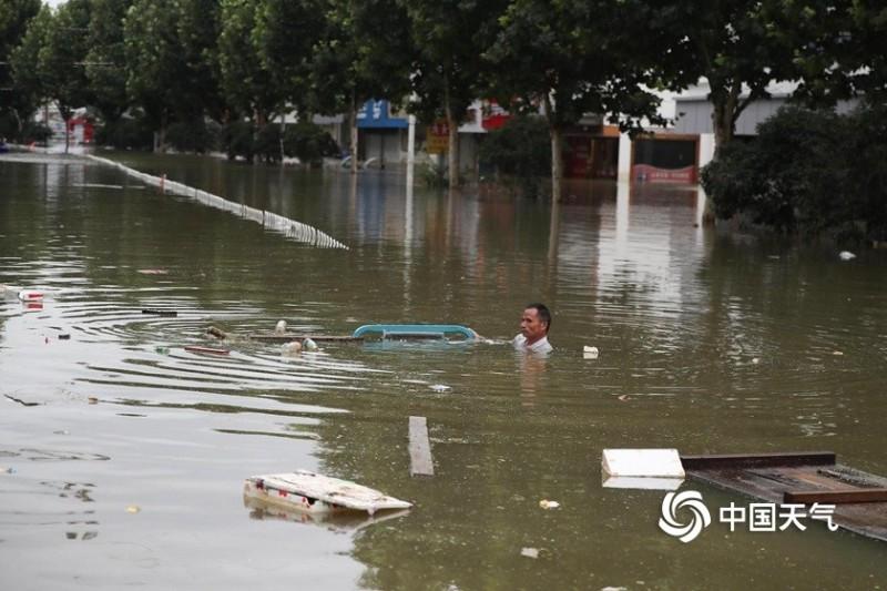 2020年7月23日,安徽巢湖柘皋镇,大部分街道被洪水圍困一景。(圖擷取自網路)