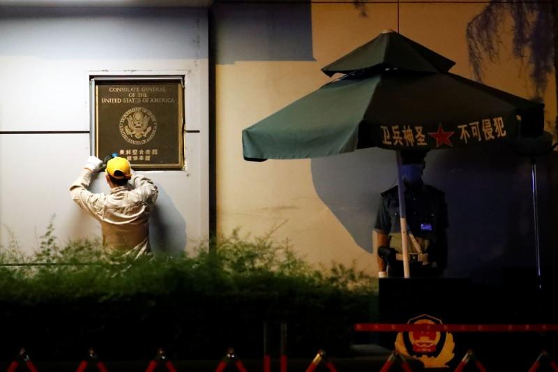 美中兩國近日互相關閉領事館,雙方外交角力戰持續升級,中國官媒《環球時報》訪問前北京政委指稱,美國「與台建交」或「出兵南海」的可能性極小,並聲稱此舉等同對中國赤裸宣戰。圖為前美國駐成都總領事館。(法新社)