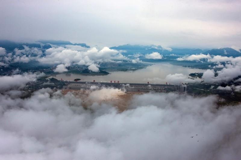 中國旅居德國的水利專家王維洛指出,三峽大壩最多只能抵抗規模6地震。圖為7月19日三峽大壩洩洪。(法新社)