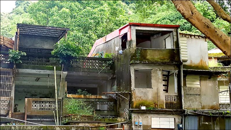 位於公館的蟾蜍山文化景觀內有多棟古蹟、歷史建物年久失修、內部殘破。(資料照)