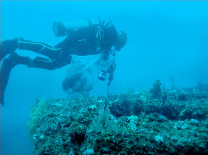 台東縣府僱潛水人員在小港漁港人工魚礁區清除漁網。 (記者黃明堂翻攝)