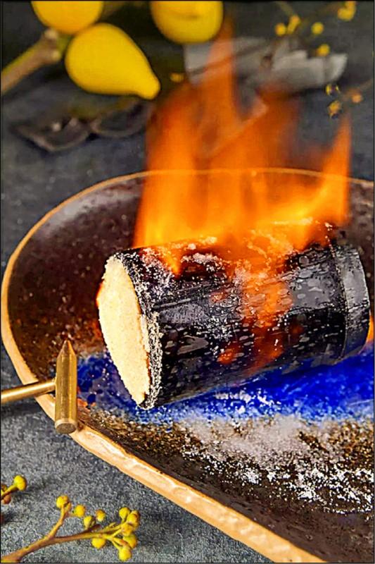 「烈焰竹炭牛肩」是中西合併,選用牛小排以特製滷水經過1天慢火滷製。(大員皇冠假日酒店提供)