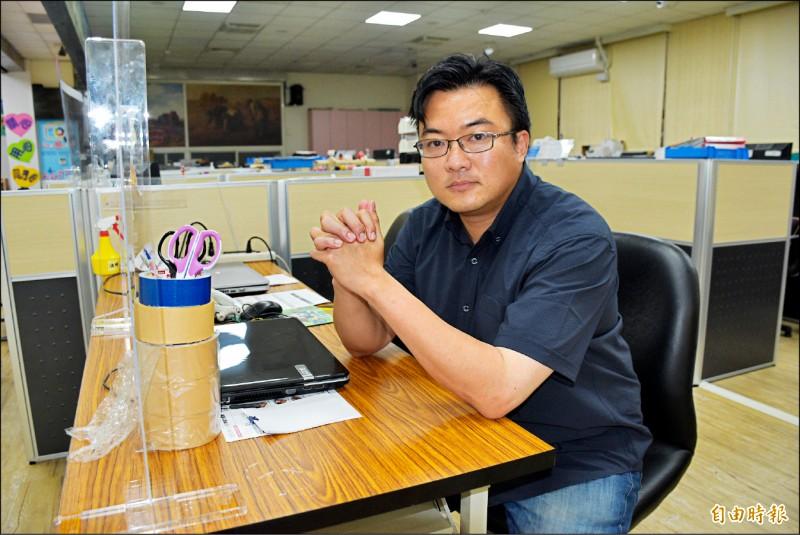 中國抽砂船「台灣淺堆」盜採,桃園市議員楊家俍估算已造成台灣的經濟損失超過百億新台幣。(記者李容萍攝)