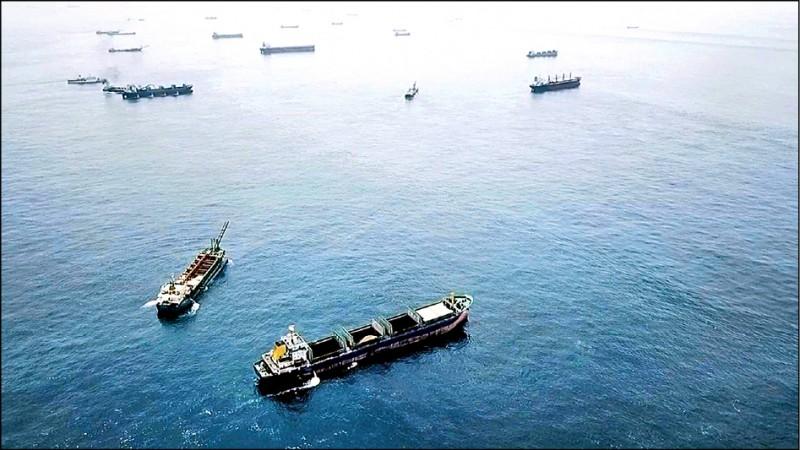 海巡曾在「台灣灘」空拍,照片顯示大批中國抽砂船聚集盜採海砂。(資料照,澎湖海巡隊提供)