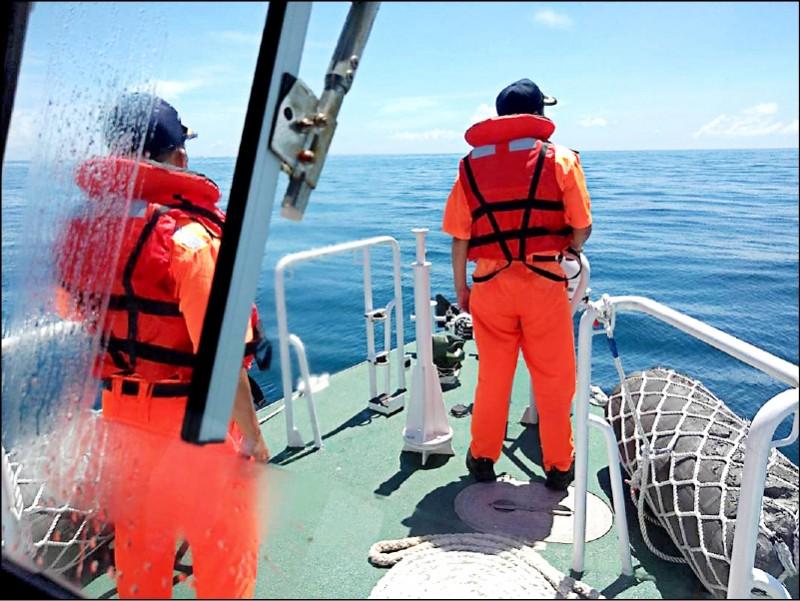 中國盜砂船在台灣淺灘海域翻覆4死4失蹤,台灣海巡基於人道加入救援行列。(澎湖海巡隊提供)