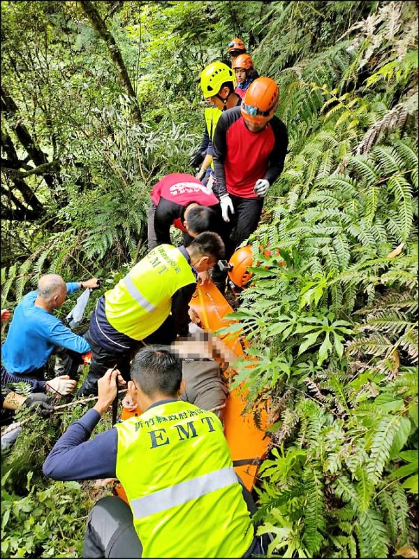 新竹縣尖石鄉鎮西堡巨木群步道B區昨一名67歲男子墜落山谷,救難人員趕抵搬運下山送醫。 (記者廖雪茹翻攝)