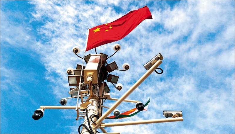 英國評論網站分析指出,全球監視器密度最高的二十座城市中,有十八座位於中國,中國監視器密度蟬聯全球第一。圖為北京市天安門廣場的監視器。(歐新社檔案照)