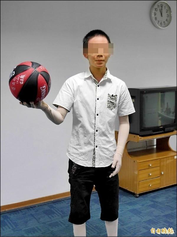 八仙塵爆中倖存的陳柏安,再因代收毒郵包被訴。圖為2015年陳柏安受訪。(資料照)