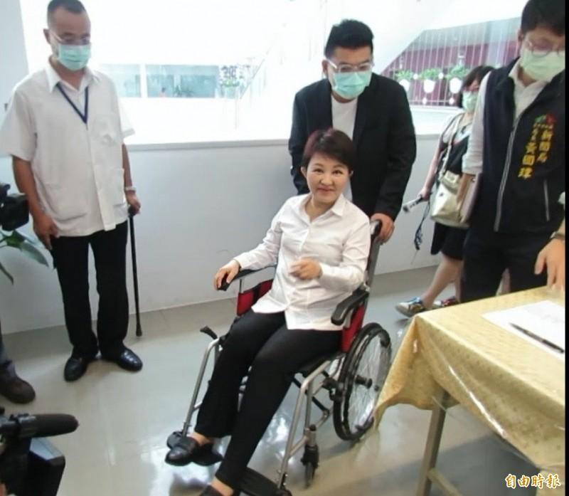 手術休養數天的盧秀燕極關心統籌分配款事宜,她說,「六都裡台中市最委屈了」。(記者蘇孟娟攝)