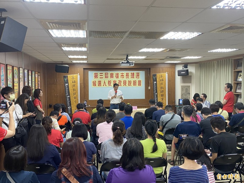 吳益政(中)應邀到高雄市教師職業工會發表政策。(記者黃旭磊攝)