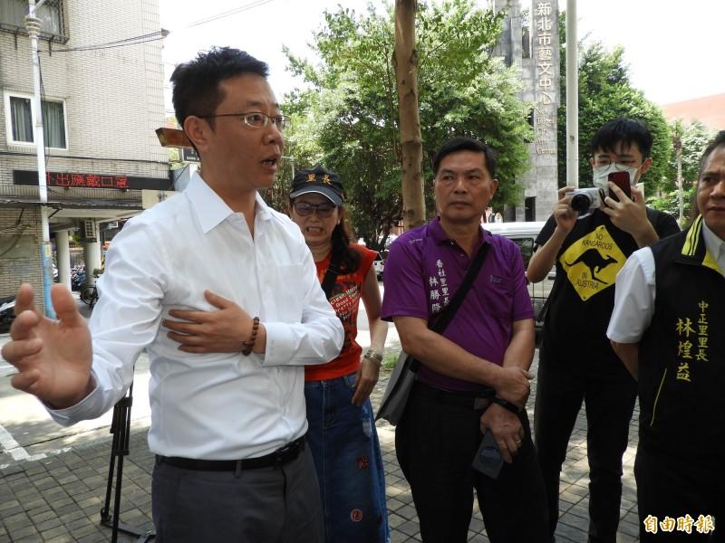 新北市立法委員張宏陸(左)今天舉辦會勘,爭取板橋地區3處地點興建停車場。(記者賴筱桐攝)