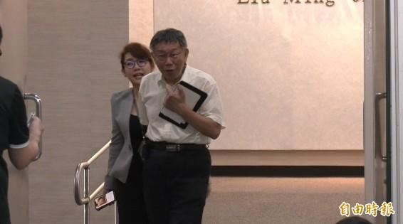 台北市長柯文哲上午被問及怎麼看自己被評「恨鐵不成鋼」,僅反問以「我不成鋼」便快步離去。(記者沈佩瑤攝)