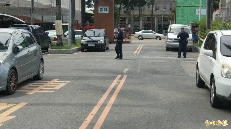 屏東菸廠路汽車亂停在道路上,影響車輛行駛。(記者葉永騫攝)