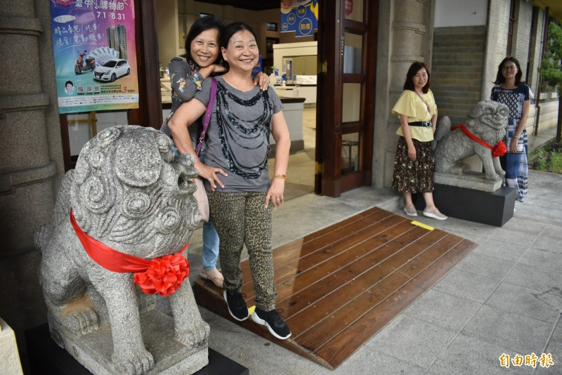 流浪28年的石狛犬返回帝國糖廠,立刻吸引遊客眼光。(記者張瑞楨攝)