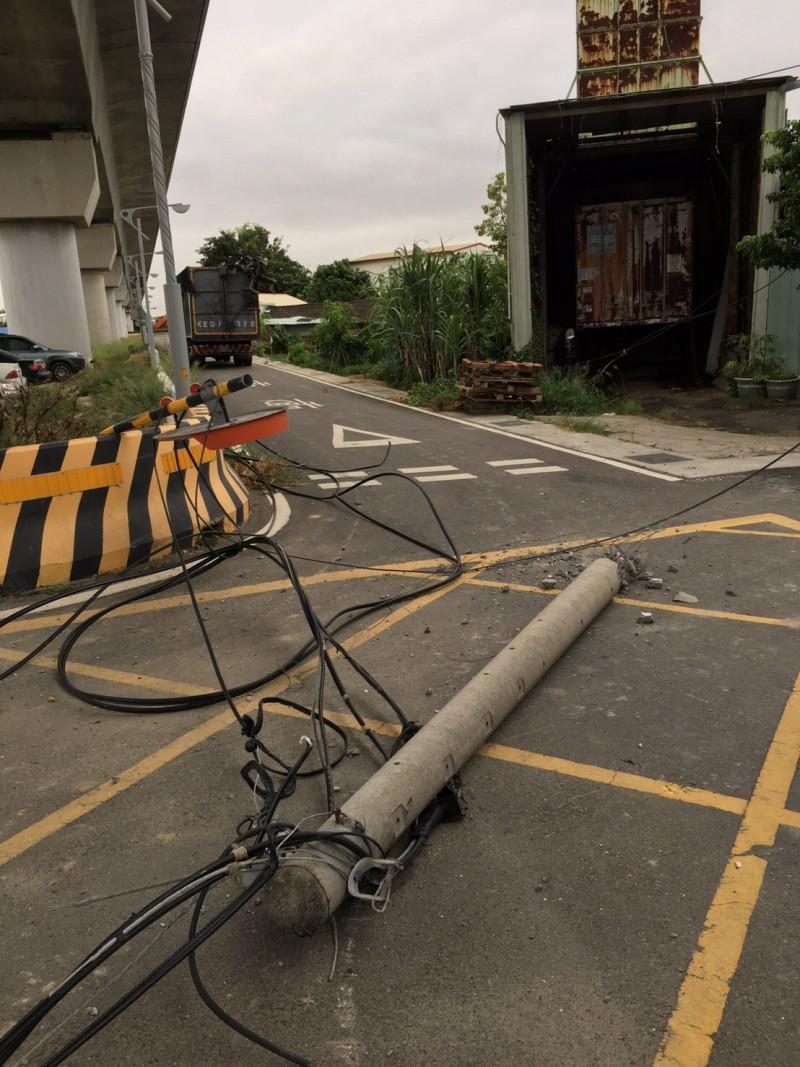 電桿遭資源回收車扯斷。(民眾提供)