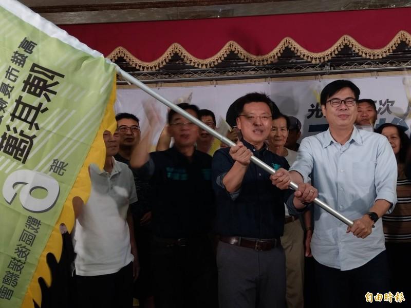 陳其邁(右)授旗給第6戰區後援會總會長立委趙天麟(左),展現團結勝選氣勢。(記者方志賢攝)