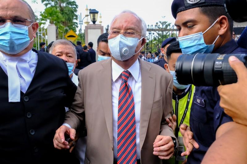 馬來西亞前首相納吉(見圖中)涉入「一馬公司」(1MDB)大規模洗錢醜聞,今天大馬法院宣判7項罪名全部成立,合併要執行12年有期徒刑,並罰款14.4億元。(彭博)