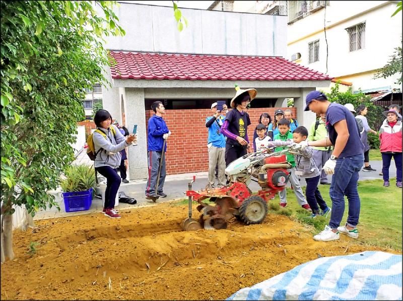 「鳳梨騎育記2.0」,讓遊客體驗農耕機整地及如何栽種鳳梨。(記者許麗娟翻攝)