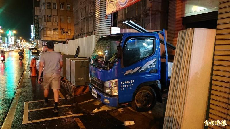 知名連鎖店漢堡王重返台南,但店址前的機車停車格僅2格,讓警分局煩惱會出現交通亂象。(記者王捷攝)