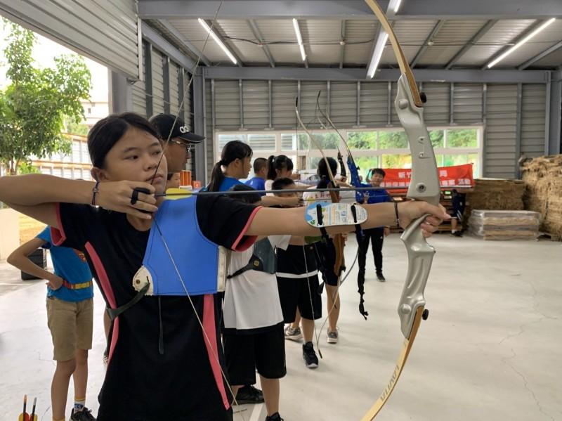 新竹高商射箭場舉辦的「射箭育樂營」,由前奧運國家代表隊選手全程指導。(記者蔡彰盛翻攝)