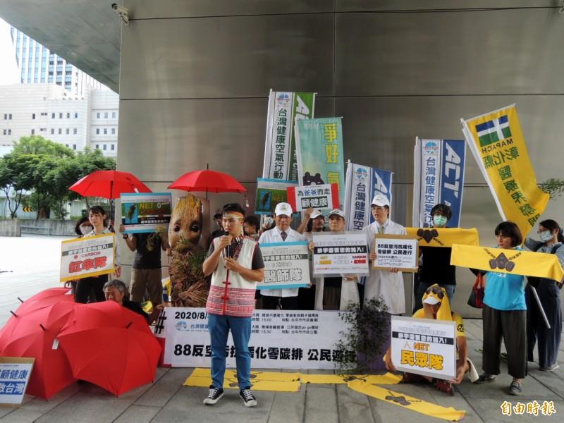 來自南投埔里的原住民青年站出來支持反空污。(記者張菁雅攝)