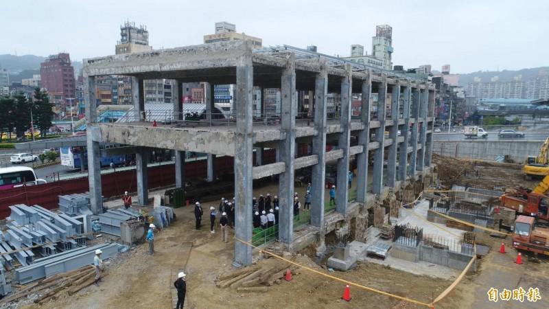 台鐵基隆舊火車站正在重新拉皮整建。(記者林欣漢攝)