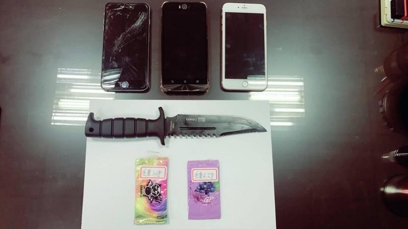 警方查扣吳男行凶刀械以及毒品咖啡包。(記者李立法翻攝)