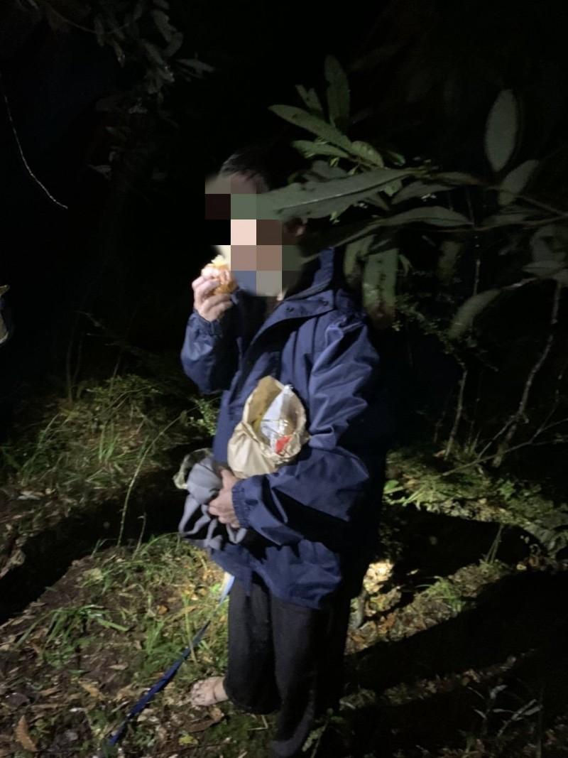 謝姓登山客昨天受困巴博庫魯山區,經搜救人員引導下載119報案APP,才順利定位到位置找到人。(記者張議晨翻攝)