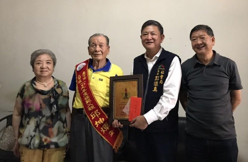 中市模範父親表揚前奧運聖火傳遞員邱坤煇獲模範父親。(記者蔡淑媛翻攝)