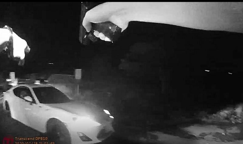 新竹縣竹東大橋下方昨晚發生聚眾鬥毆事件,警方快打部隊到場後拔槍攔阻嫌犯駕車逃離現場。(警方提供)