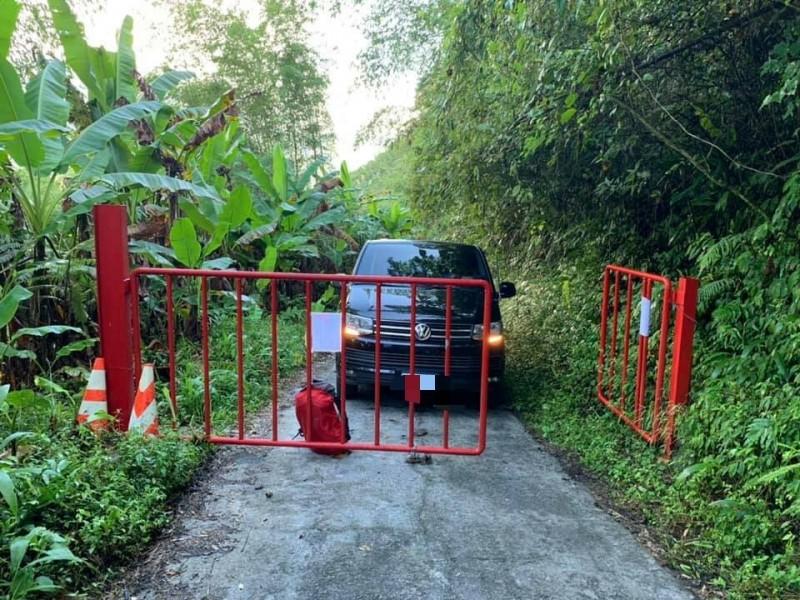 宜蘭縣大同鄉通往加羅湖的四季林道,新設柵欄管制車輛上山,被戲稱為「報復性鐵柵欄」。(圖擷取自登山借問站)