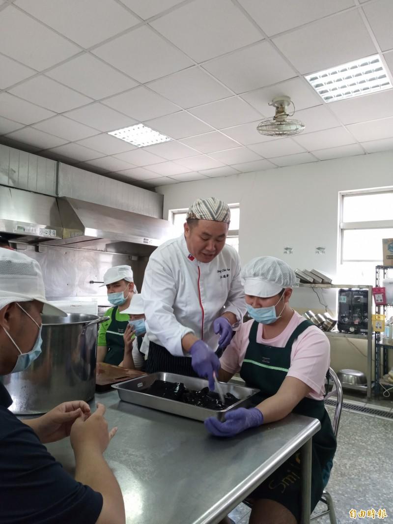 高雄翰品飯店主廚「阿華師」江進華以一手好廚藝做公益。(記者蘇福男攝)
