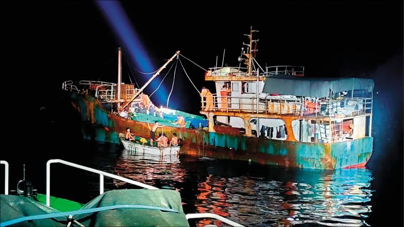 中國海南島籍「琼海0109309號」跑到我國東沙島海域,違法下網捕撈鰻魚,海巡署執行威力掃蕩,逮捕李姓中國籍船長及十七名船員。(記者黃佳琳翻攝)