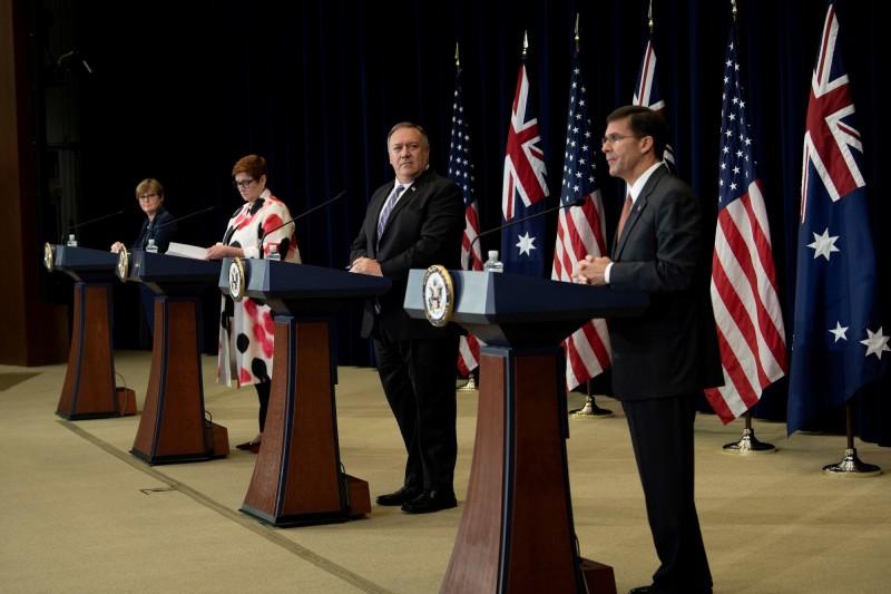 左至右為澳洲國防部長雷諾茲(Linda Reynolds)、澳洲外交部長潘恩(Marise Payne)、美國務卿龐皮歐、美國防部長艾斯培(Mark Esper)。(路透)