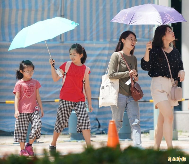 明(30)日天氣大致和今日相同,各地上午多為多雲到晴且高溫炎熱,午後出現午後雷陣雨機率高,並有局部短時大雨甚至豪雨發生的機率,午後請留意天氣變化。(記者黃志源攝)