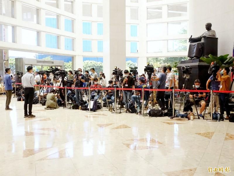 大批媒體守候北榮大廳。(記者朱沛雄攝)