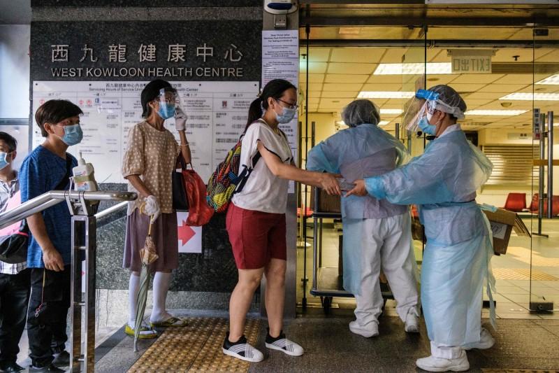 港今天新增118名武漢肺炎確診,已連續8天破百,香港累計確診人數更突破3000人,第三波傳染期仍在延燒。(法新社)