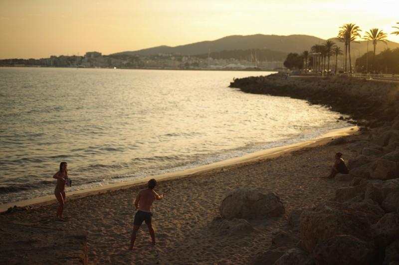 西班牙境內疑似疫情再起,英國因此發布防疫新規,恐影響西國觀光收益。圖為西班牙巴利阿里群島一景。(美聯社)