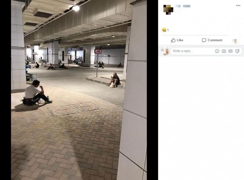 香港武漢肺炎疫情近日失控,目前累計連續8天確診數破百,港府29日實施「禁堂食令」,港媒指出,許多香港人只能露天進食,不滿港府未做好疫情控管,建築工會也在臉書發起「一人一相」活動表示抗議。(圖擷取自Facebook)