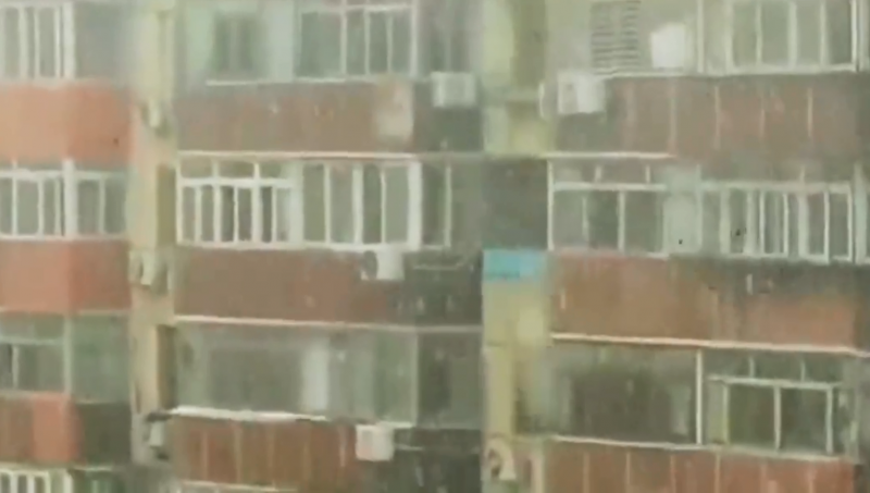 北京昨日下午突降「飛雪」,讓中國網友議論紛紛。(圖結自微博影片)