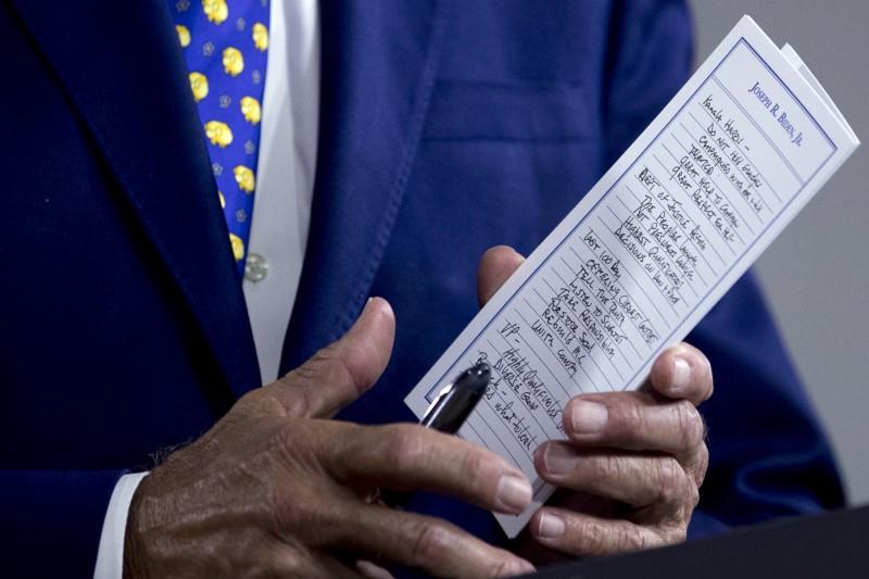美國民主黨總統參選人拜登28日召開記者會時的筆記,開頭第一行字寫的名字就是參議員賀錦麗(Kamala Harris)。(美聯社)
