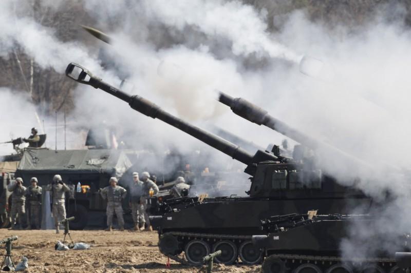 陸軍有意向美國採購M142「海馬斯」多管火箭系統及M109A6「帕拉丁」自走砲(圖中)。據消息指出,目前這2項軍售案將在9月後有結果。(美聯社)