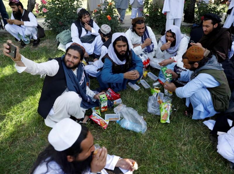 繼阿富汗喀布爾當局昨天宣布,下週開始與塔利班和平談判,塔利班今天也宣布,7月31日起停火3天。圖為被釋放的塔利班戰俘。(路透)