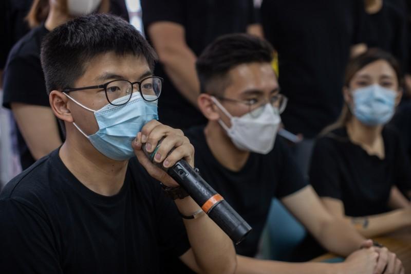 香港以防疫為由,有意提呈請中國人大決議將選舉後延1年。前香港眾志秘書長黃之鋒(左1)痛批,香港恐怕就此向「萬年國代2.0」時代邁進。(歐新社檔案照)