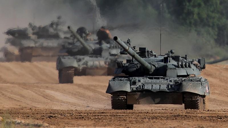 俄羅斯「陸軍-2020」防衛展下月登場,將有超過1500家公司參展,展出2萬8000多件武器和軍事裝備,圖為「陸軍-2019」展出的T-80U主力戰車。(路透)