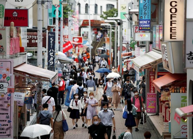 武漢肺炎(新型冠狀病毒病,COVID-19)持續在日本延燒,今天日本再增1002例確診,為首次全國單日超過1000人確診,其中,東京、大阪都增加了超過200人確診。(路透)