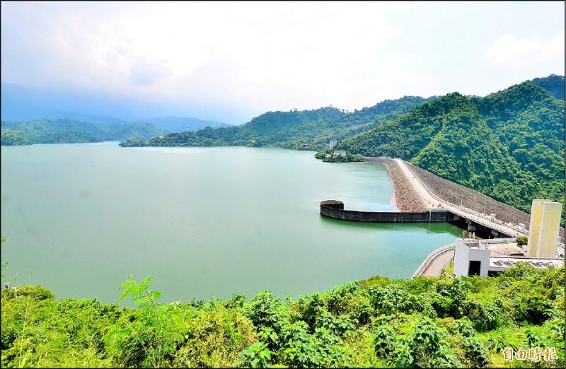 曾文水庫的規模為全國之最,滿水位時有效蓄水量逾5億立方米,聯通管若能完工,可支援南化系統的民生供水。(記者吳俊鋒攝)