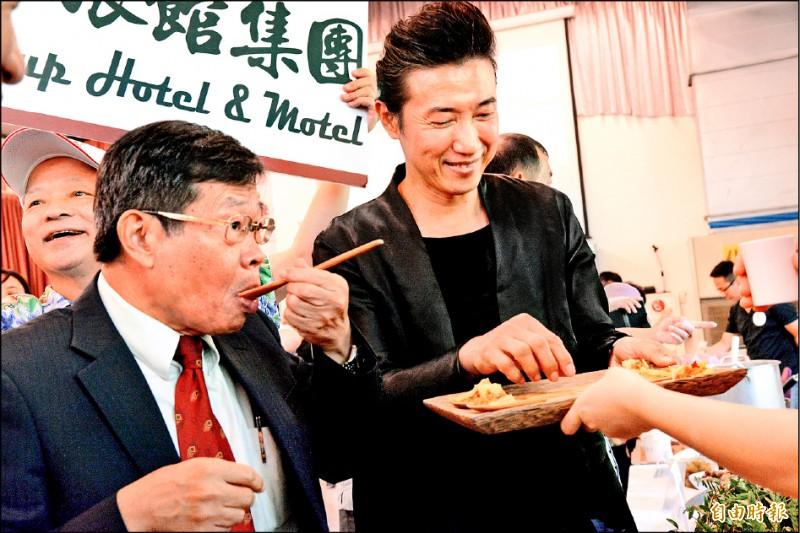 高雄市代理市長楊明州(左)在美食家陳鴻(右)陪同下,逐一品嚐第二階段初選23家店的創意美味。(記者許麗娟攝)