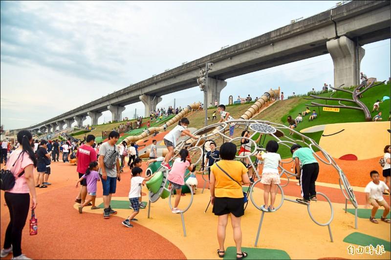 新北市近年積極建設河濱公園,圖為堤坡溜滑梯遊戲場「熊猴森樂園」。 (記者賴筱桐攝)