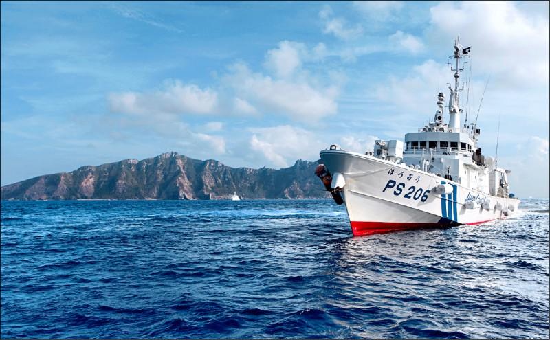 圖為日本海上保安廳巡邏船在釣魚台海域警戒。(路透檔案照)